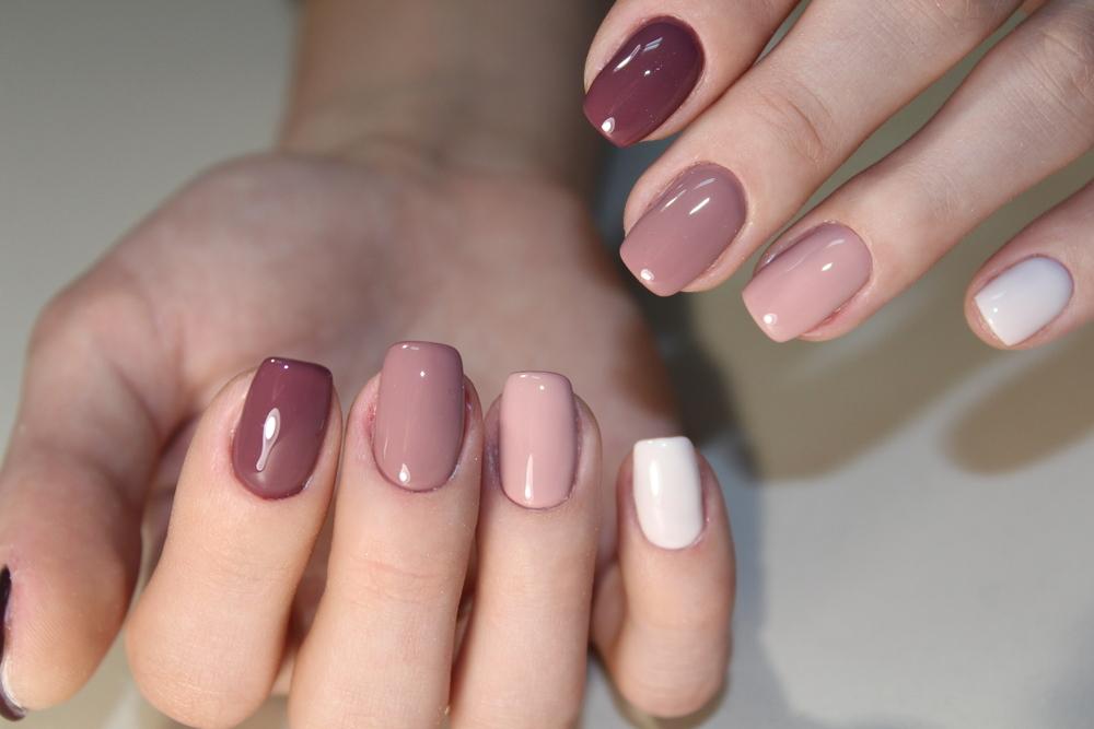 指ごとに色が異なるネイル