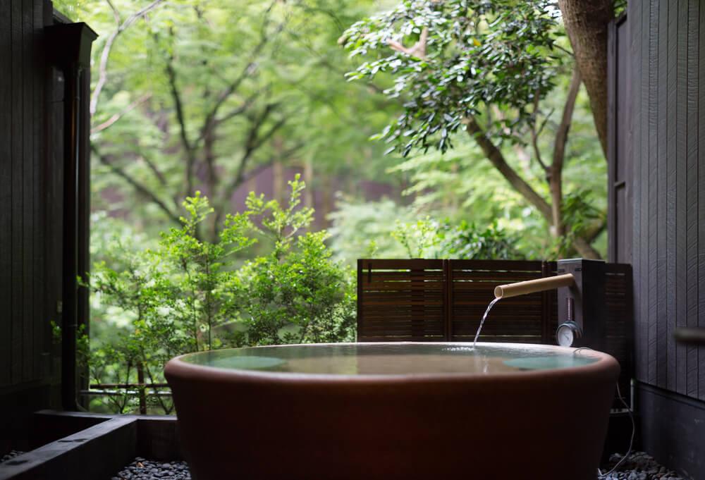 緑に囲まれた露天風呂