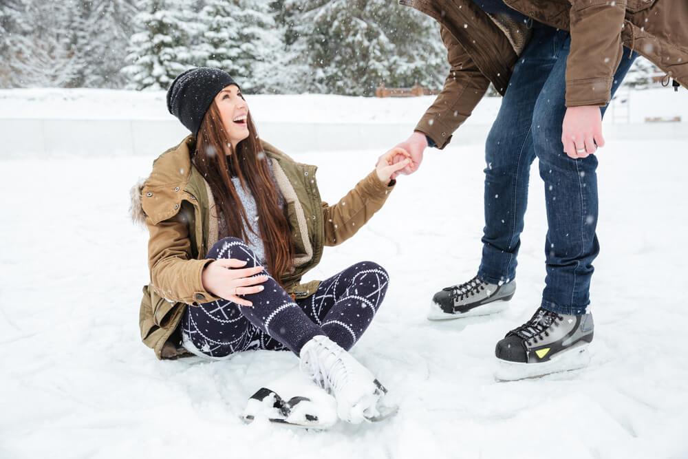 スケートを楽しむカップル