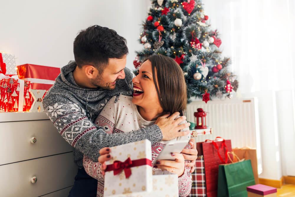 クリスマスを楽しむカップル