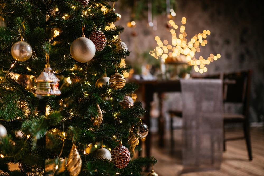 クリスマスツリーが飾られた部屋
