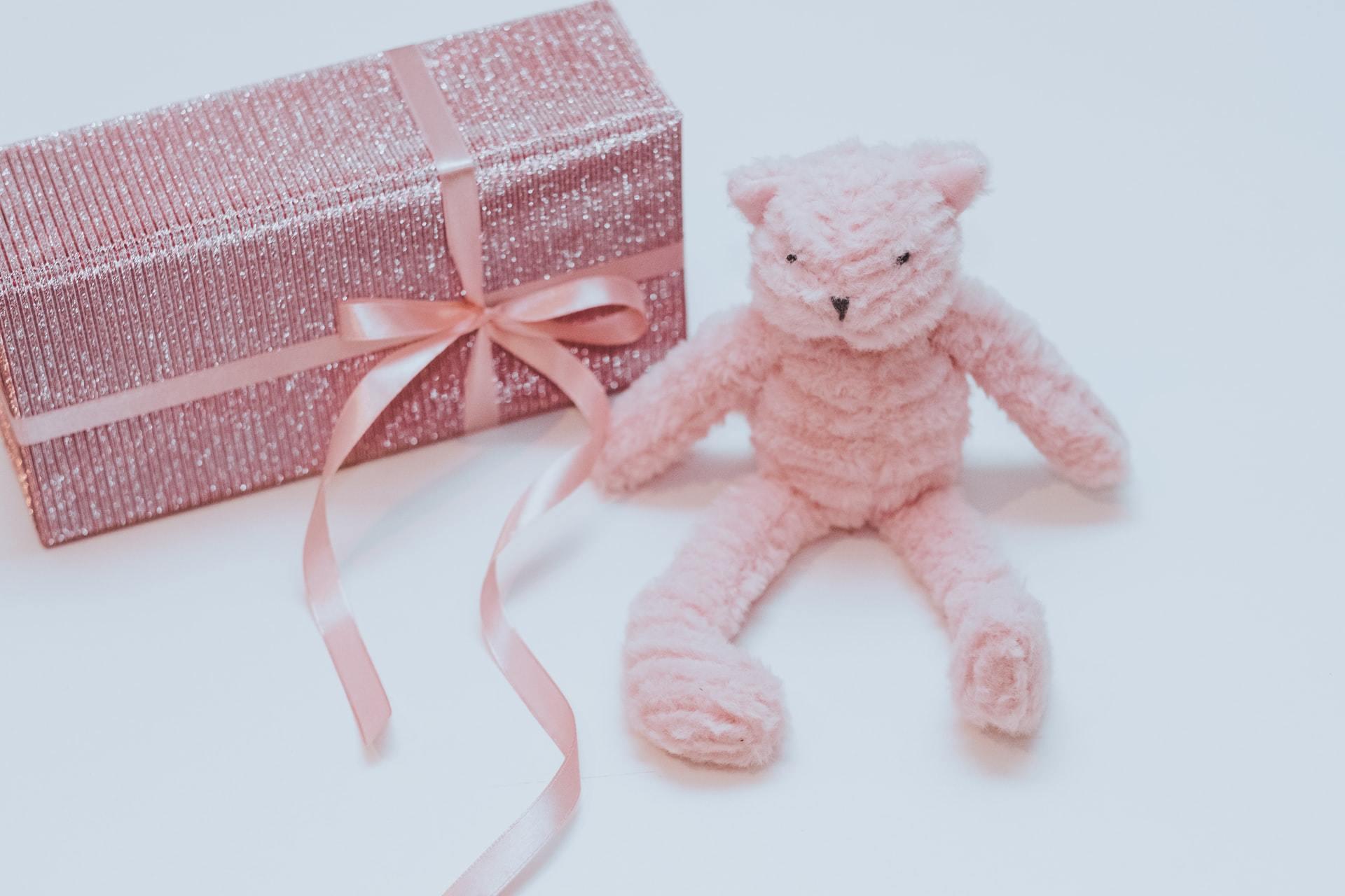 ピンクのテディベアとギフトボックス