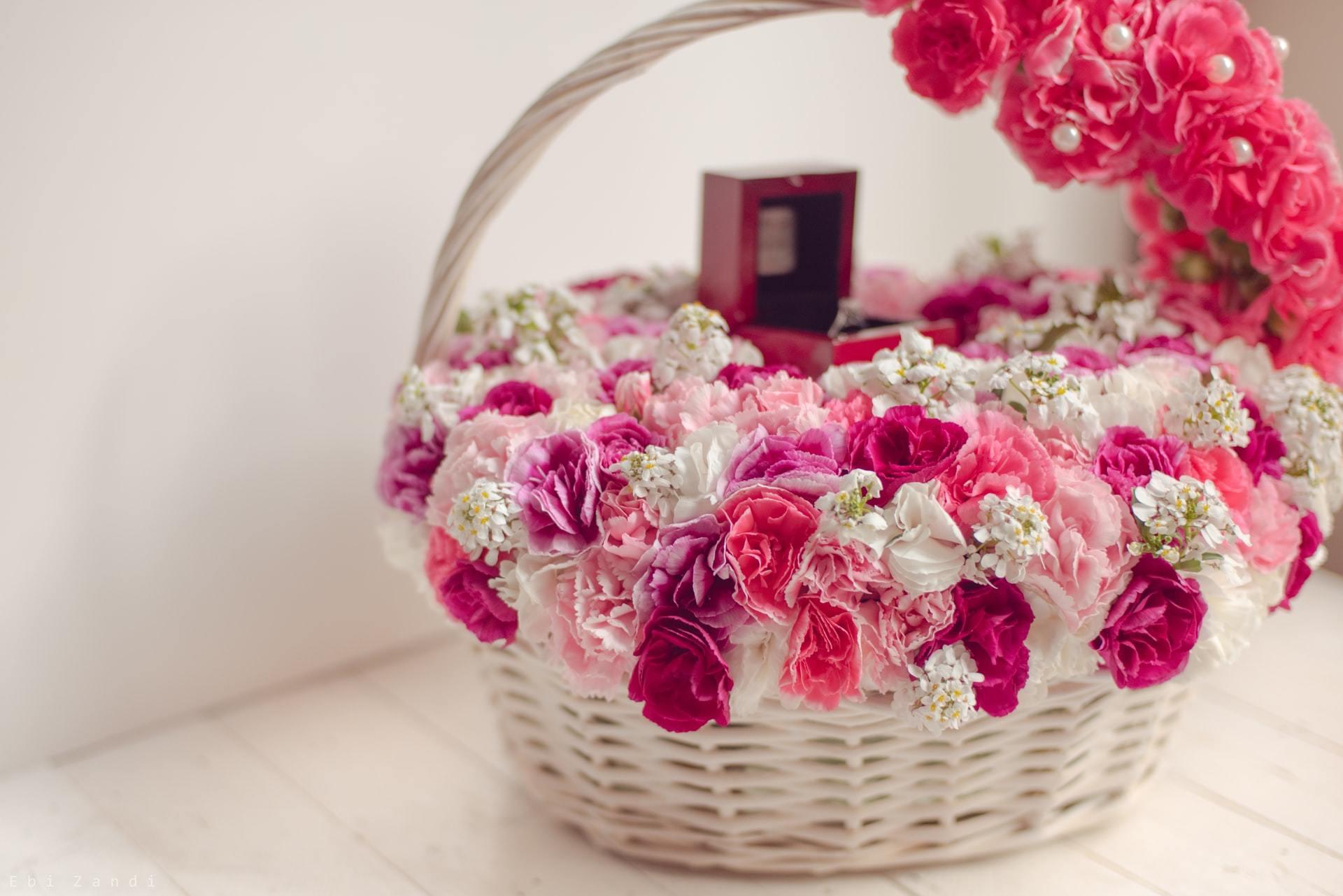 花が敷き詰められた籠に入った指輪