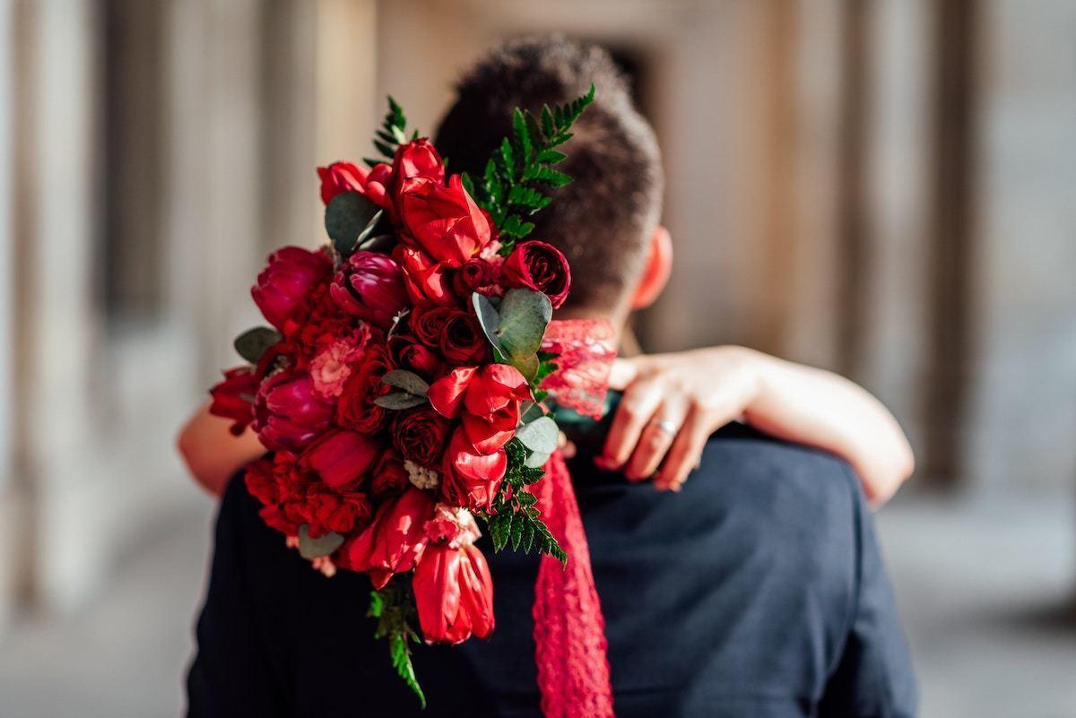 夫を抱きしめる妻
