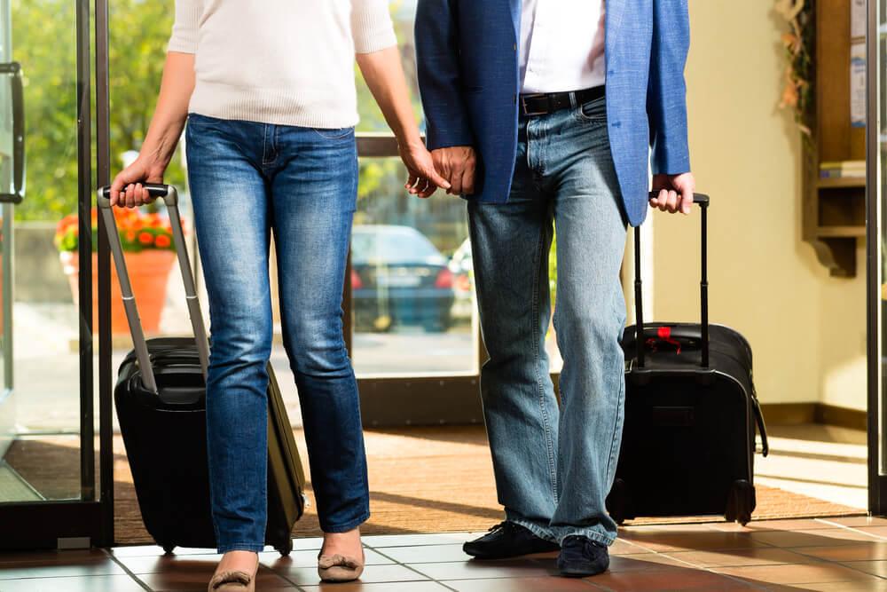 スーツケースを持った夫婦