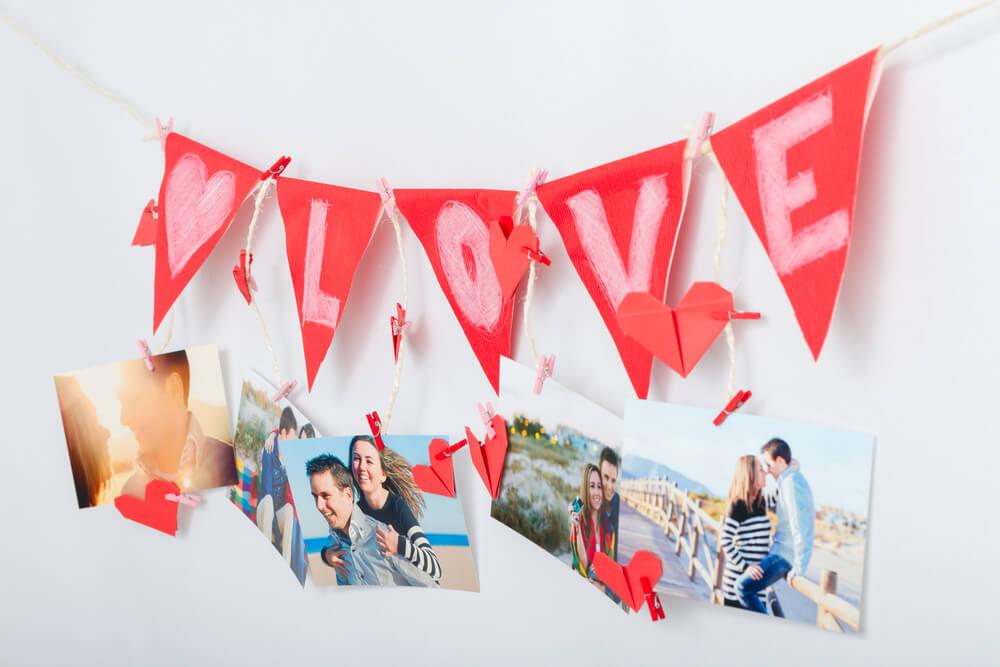 ガーランドと写真が飾られた壁