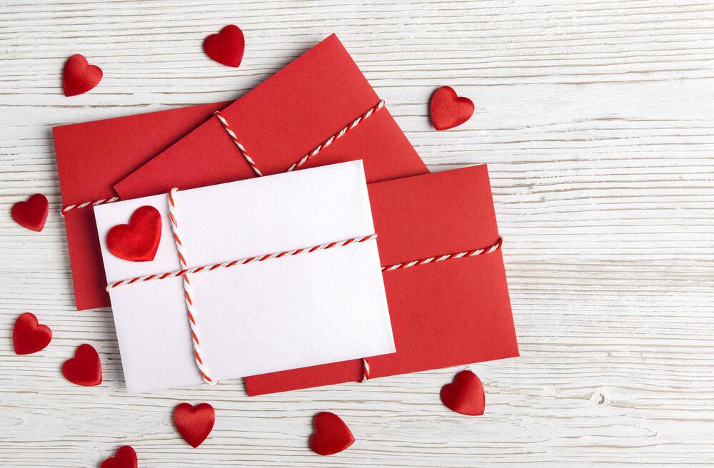 4通の手紙と赤いハート