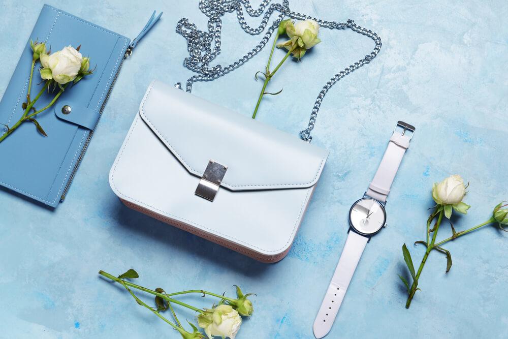 並べられたバッグと財布と時計