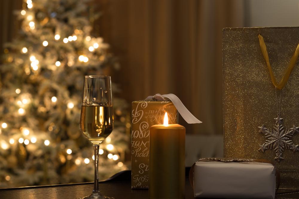 金色のろうそくとクリスマスツリーのある部屋