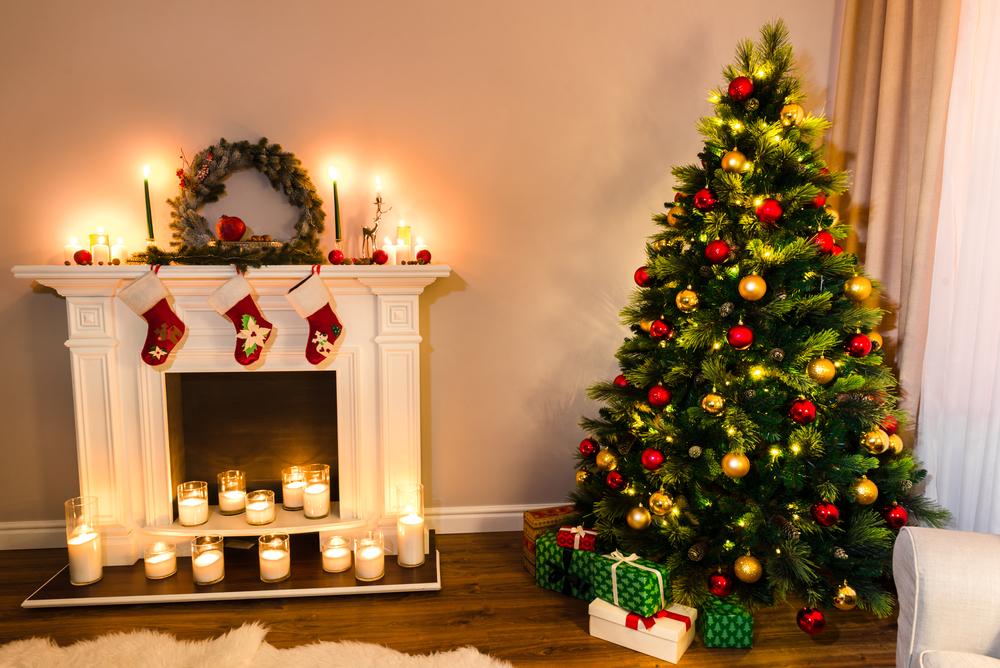 クリスマスの飾りつけをしている部屋