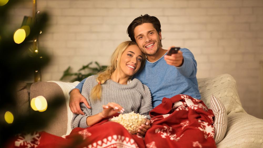 家で映画鑑賞を楽しむカップル
