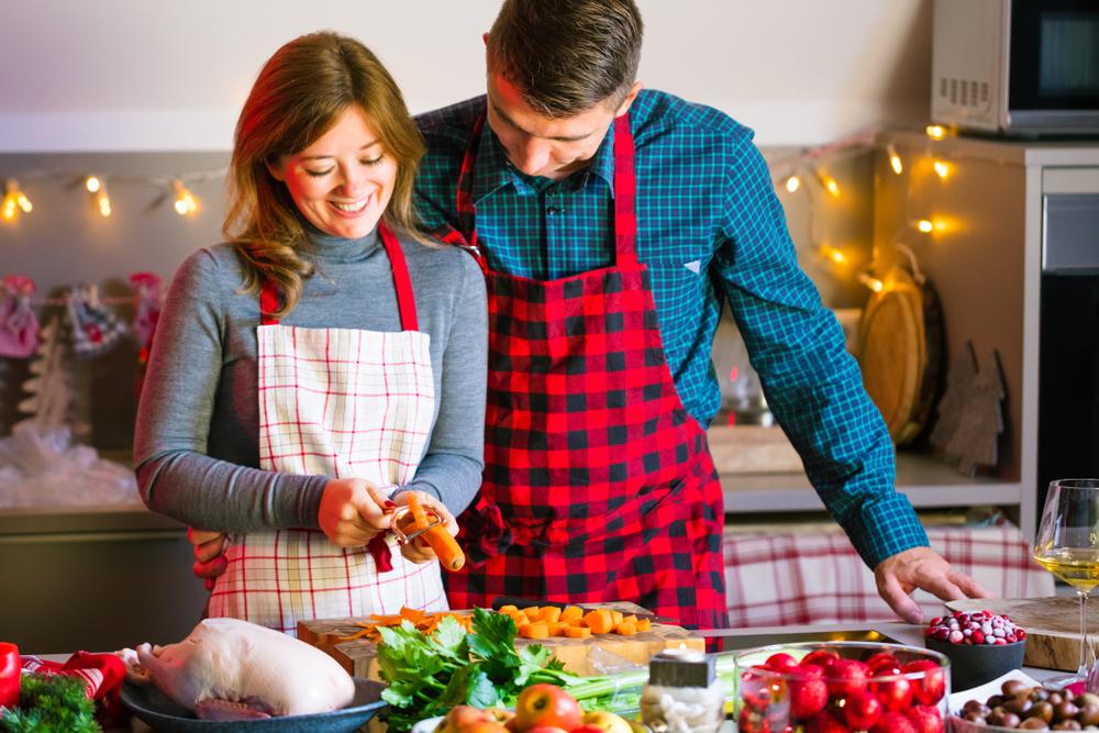 一緒にクリスマス料理を作るカップル