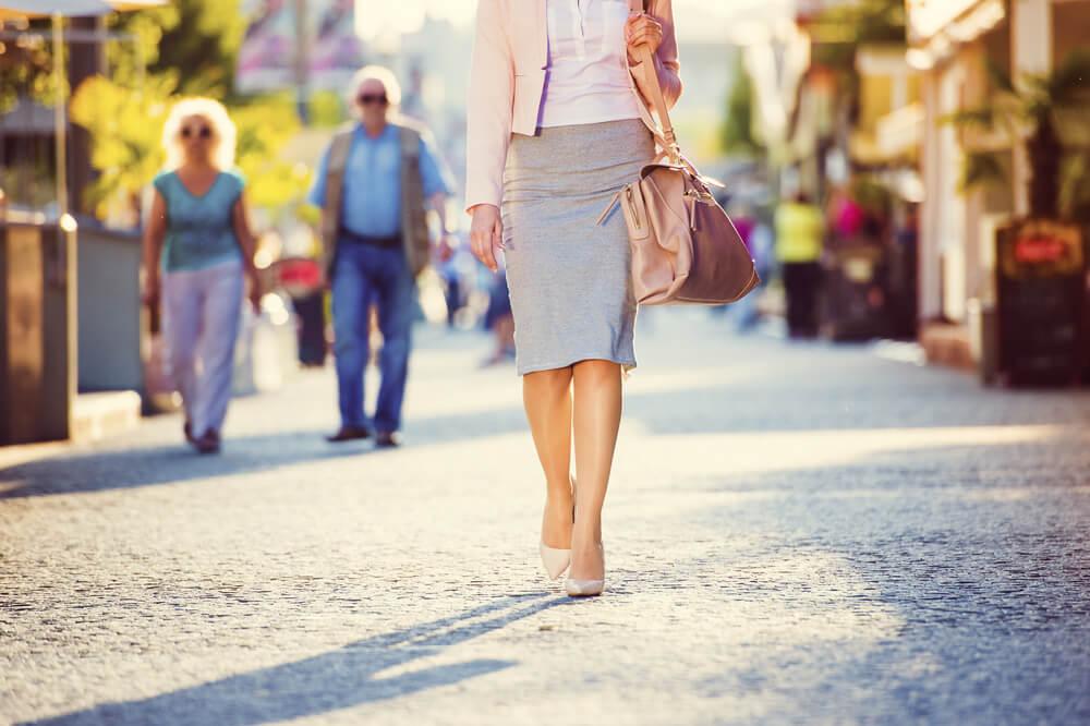 タイトスカートとジャケットを着た女性