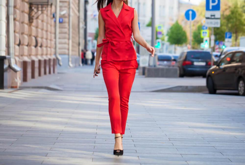 レッドのセットアップを着た女性