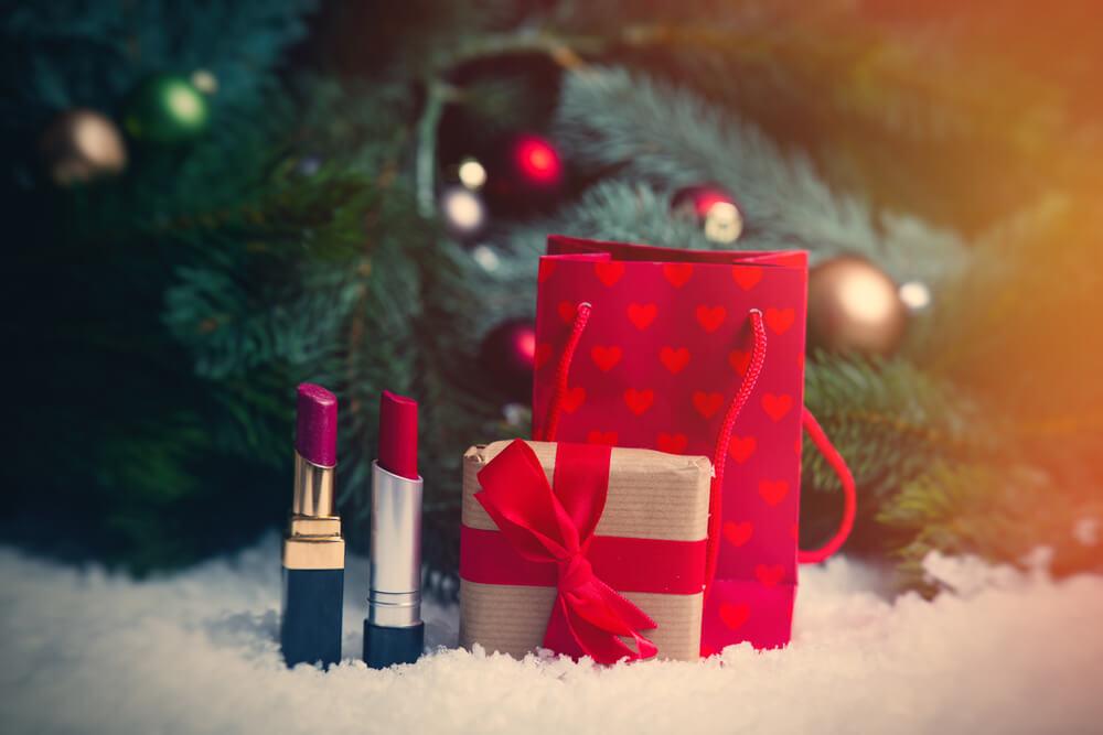 クリスマスのギフトラッピングと口紅