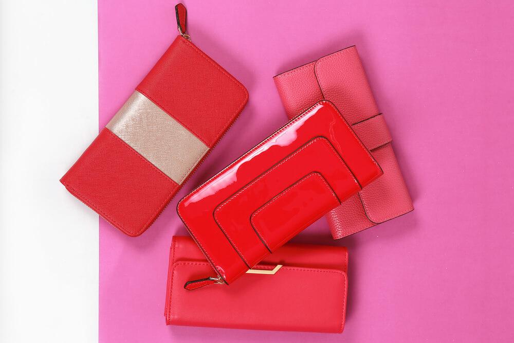 赤やピンクの財布