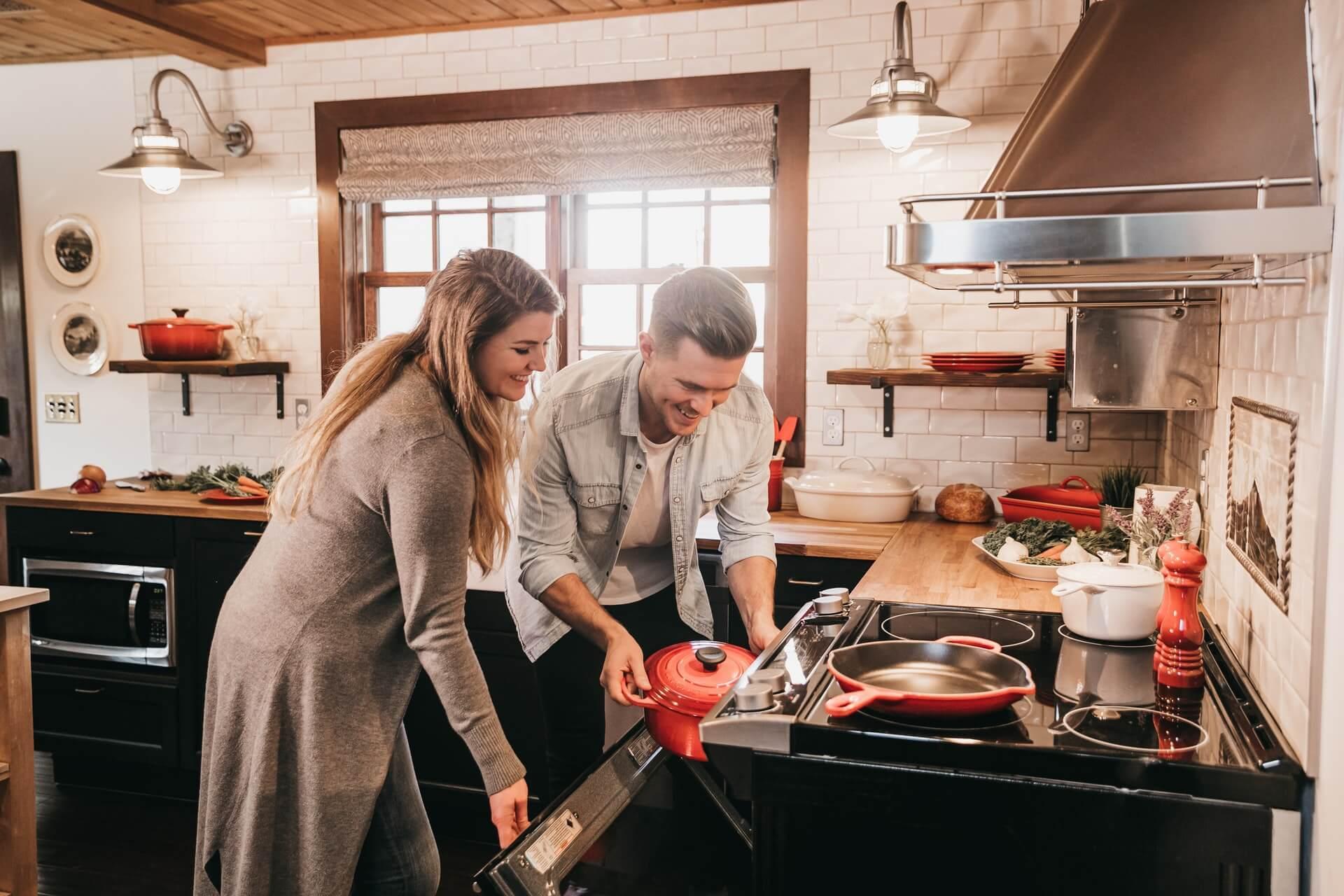 料理の支度をするカップル