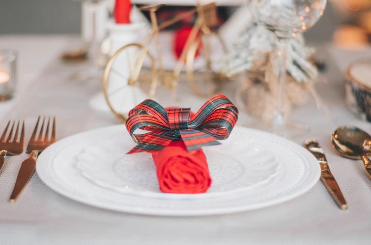クリスマス装飾をしたテーブル