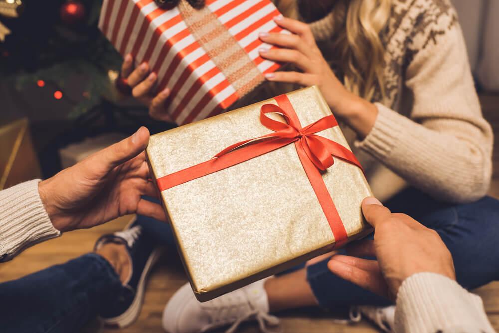 プレゼントを贈り合うカップル