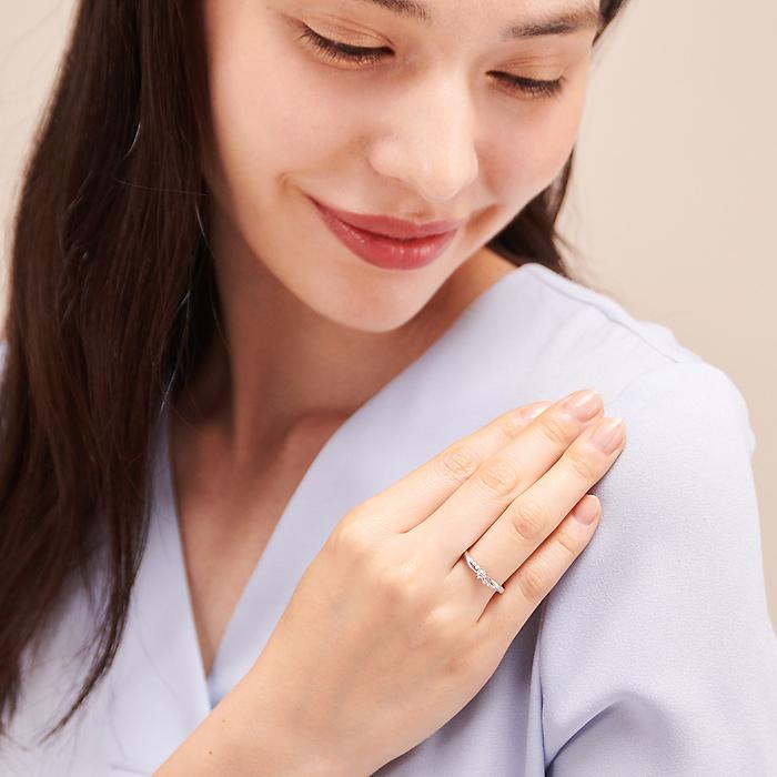 4℃のダイヤモンドリングを身に着けた女性