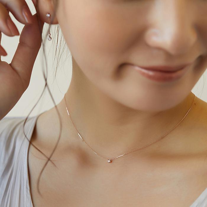 シンプルな4℃ネックレスを身に着けた女性