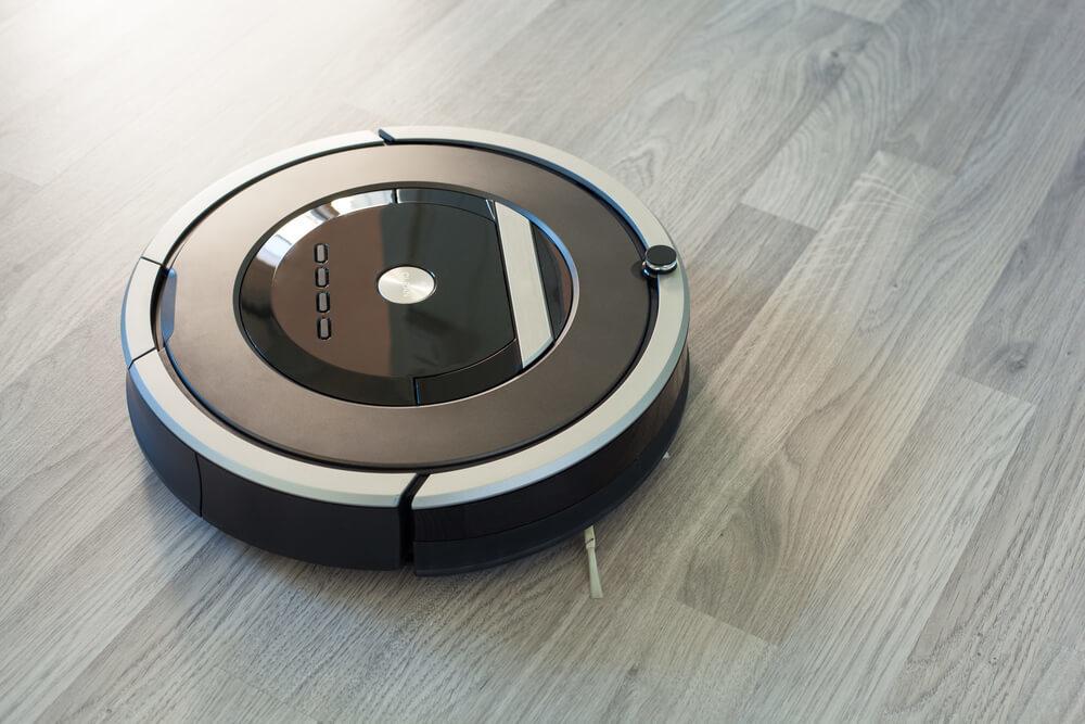 床を掃除するロボット掃除機