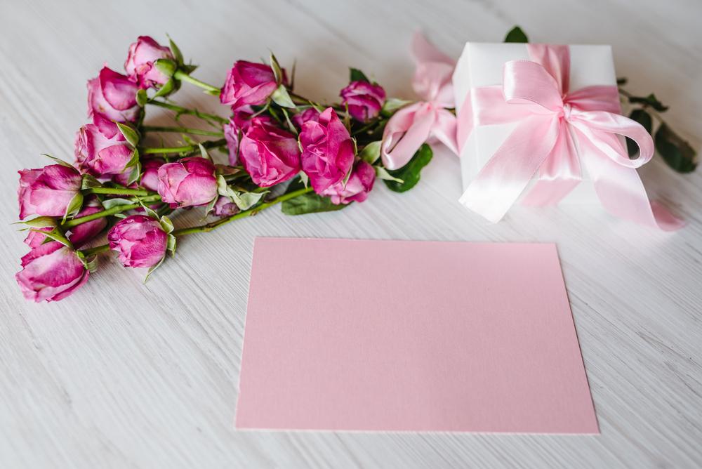 プレゼントに添えられた花束とメッセージカード