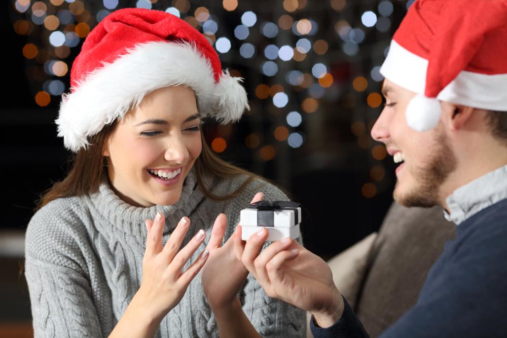 夫からクリスマスプレゼントを受け取る妻