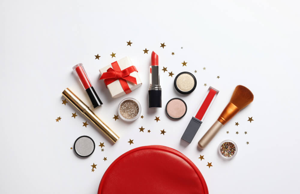 クリスマス限定の化粧品とポーチ