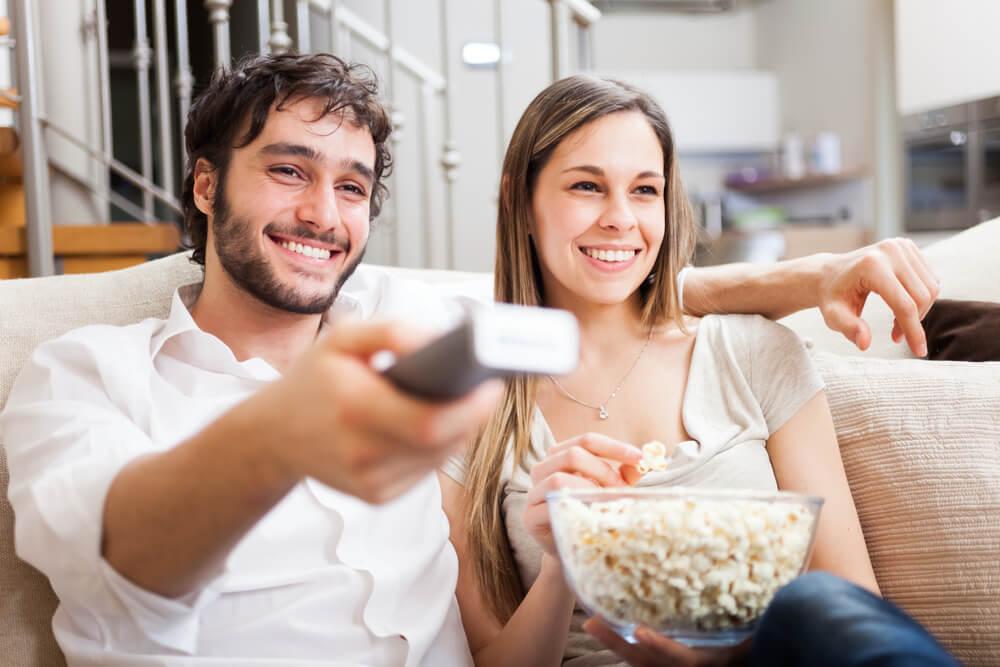 自宅で映画鑑賞を楽しむカップル