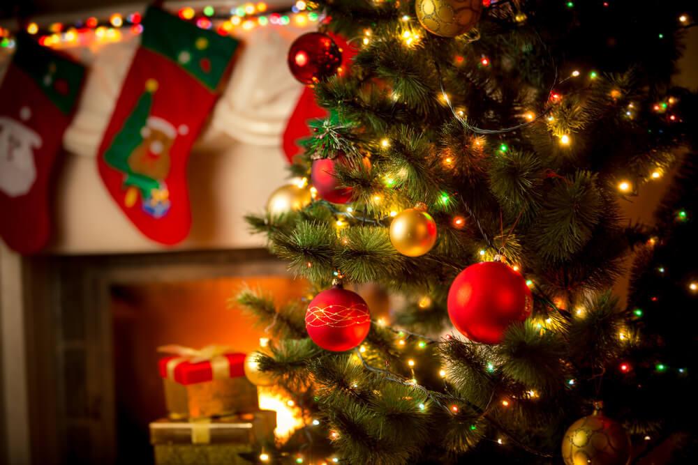 クリスマスツリーと靴下の飾りのある部屋