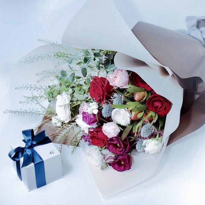 4℃のプレゼントボックスと花束